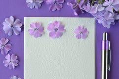 Ultrafioletowy flatlay kobiecy materiały, notatnika, pióra i lawendy floks, kwitnie z kopii przestrzenią Obraz Stock