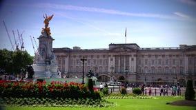 ULTRAhd echt 4k, - tijd, Mensen die dichtbij het Buckingham Palace, in Londen lopen stock videobeelden