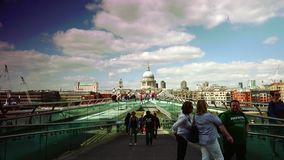 ULTRAhd echt 4k, - tijd, Mensen die over Millenniumbrug lopen met St Paul iconisch Londen Beeld stock video
