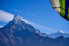 Ultralight drzewa, samolot i snowcapped szczyt przy tłem w himalaje górach i, Nepal zdjęcia royalty free