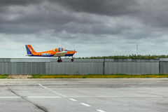 Ultralight flygplan för Tecnam P96 golf som 100 tar av på La Juliana Aerodrome Fotografering för Bildbyråer