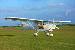 Ultralight samolot na trawie zdjęcie stock