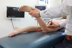 Ultraljud av knäleden för flicka` s - diagnos Arkivbilder