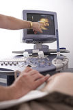 ultraljuds- kvinna för gravid provning Royaltyfri Fotografi