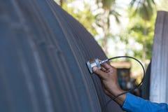 Ultraljuds- prov som avkänner skönhetsfel eller defekt av väggthickne Arkivfoton