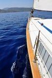 Ultramarijn blauw die water en land van dek van jacht wordt bekeken stock foto's