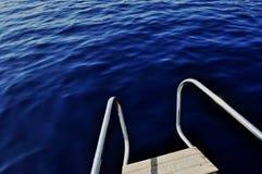 Ultramarijn blauw water dat van preekstoel van jacht wordt bekeken Stock Fotografie