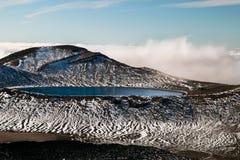 Ultramarijn diep Blauw Meer onder de bovenkant van de bergen in hoge omvang, boven wolken, Nieuw Zeeland, het Nationale Park van  royalty-vrije stock fotografie