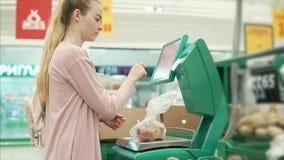 Ultramarinos de compra del cliente en tienda almacen de video