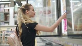 Ultramarinos de compra de la chica joven metrajes
