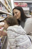 Ultramarinos de compra de la familia en el supermercado local imagenes de archivo