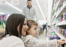 Ultramarinos de compra de la familia en el supermercado local fotos de archivo libres de regalías