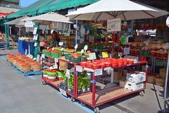 Ultramarinos de la compra de la gente en Jean-Talon Market Imagen de archivo libre de regalías