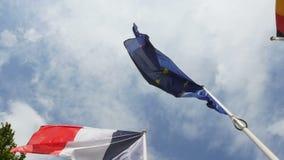 Ultrarapid över franska, tysk och europeisk facklig flagga stock video