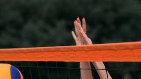 ULTRARAPID ÖVRE SLUT, LÅG VINKEL: Händer för oigenkännlig ung kvinnlig som 'spelar volleyboll på det netto Offensiv spelare stock video