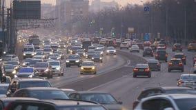 Ultrarapid av bilar, i aftonen till och med gatorna av en stor stad arkivfilmer
