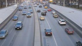 Ultrarapid av bilar, i aftonen till och med gatorna av en stor stad lager videofilmer