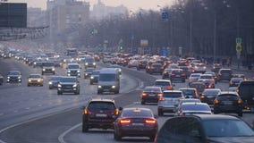 Ultrarapid av bilar, i aftonen till och med gatorna av en stor stad stock video
