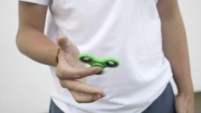 Ultrarapid av den gröna rastlös människaspinnareapparaten i tonåringhand - stock video