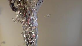 Ultrarapid av den lilla kamraten som upp hoppar och kastar glitter lager videofilmer