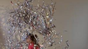 Ultrarapid av den lilla skolflickan som upp hoppar och kastar glitter lager videofilmer