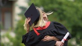 Ultrarapid av det lyckade universitetet avlägger examen att krama och att skratta uppriktigt lager videofilmer
