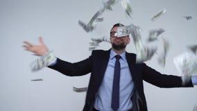Ultrarapid av dollar som faller på formellt klädd man lager videofilmer