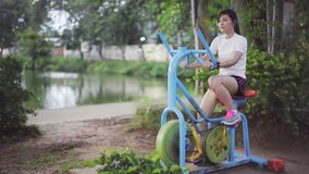 Ultrarapid av kvinnan som utarbetar på motionscykelen stock video