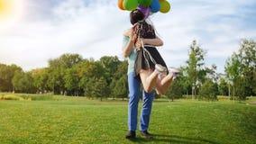 Ultrarapid av lyckligt barn kopplar ihop att kyssa, och krama på gräsmatta på parkera stock video