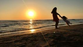 Ultrarapid av modern och dottern som omkring vänder på solnedgången lager videofilmer