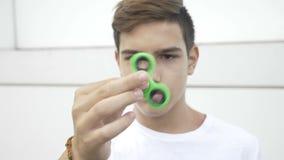 Ultrarapid av tonåringen som hypnotiseras, genom att rulla rastlös människaspinnareinnehavet i hans hand - lager videofilmer