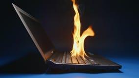 Ultrarapid: bärbar dator som flammar på en tabell - sidosikt stock video