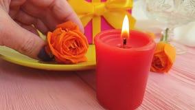 Ultrarapid för gåva för platta för födelsedag för brand för stearinljus för begrepp för dag för datummärkning för blomma för ros  stock video