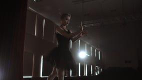 Ultrarapid: Flitig ung behagfull ballerina som dansar på beståndsdelar av klassisk balett i mörkret med ljus och rök stock video