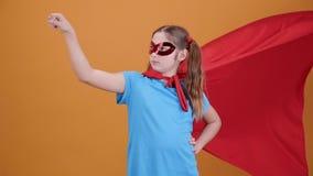 Ultrarapid sköt av en tonårs- flicka som låtsar för att vara en superhero lager videofilmer