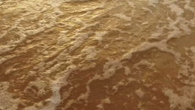 ULTRARAPID: Skinande vändkretshavsvåg på den guld- stranden arkivfilmer