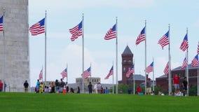 Ultrarapid som upprättar skottet av turister på Washington Monument lager videofilmer