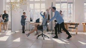 Ultrarapidaffärskvinnan firar företagsprestationen, blandat lopp som kollegor applåderar till kvinnlig stol för framstickande lager videofilmer