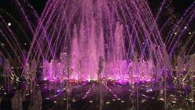 Ultrarapiddansspringbrunnar i Moskva på natten stock video