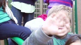 Ultrarapidföljd av barn som sitter på klättringram lager videofilmer