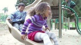 Ultrarapidföljd av barn som spelar på glidbana stock video
