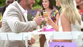 Ultrarapidföljd av bruden och brudgummen At Reception arkivfilmer