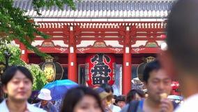 Ultrarapidfolkmassa av japanskt folk som går runt om den mest berömda Sensoji buddistiska templet i Asaku arkivfilmer