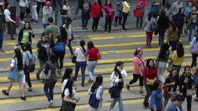 Ultrarapidfolkmassafolk som går i upptagen genomskärning på den Hong Kong gatan stock video