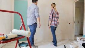 Ultrarapidlängd i fot räknat av det unga gifta paret som har konflikt om hem- renovering lager videofilmer
