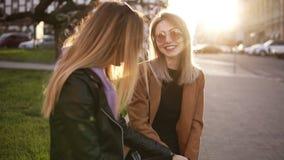 Ultrarapidlängd i fot räknat av två flickor som tillsammans sitter på gatan Diskutera flickaktigt material, spikar manikyr, poler lager videofilmer