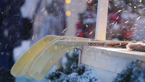 Ultrarapidpojken ger tillbaka pinnen i kiosk nära julträd stock video