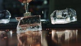 Ultrarapidprocess av is som knäcker på stångräknarebakgrund arkivfilmer