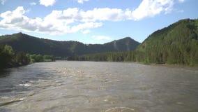 Ultrarapidskott lång bergflod för härlig exponering close upp lager videofilmer