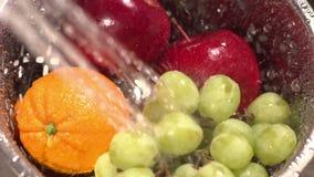 Ultrarapidskottet av frukt tvättade sig med att bespruta vatten arkivfilmer